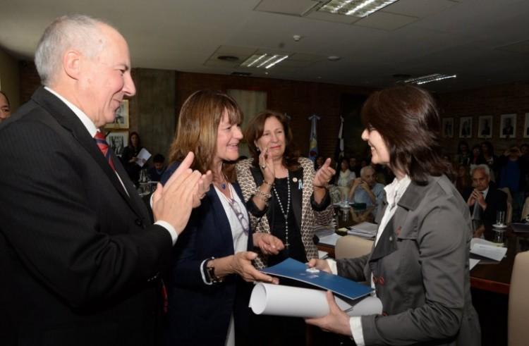 Premio «María Elisa Norton Farmache», en reconocimiento al esfuerzo y dedicación en sus carreras y estudios en condiciones de adversidad social, económica o de salud.